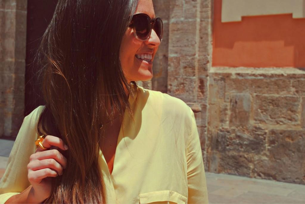 Inmybackstage posando para su blog con un vestido amarillo.